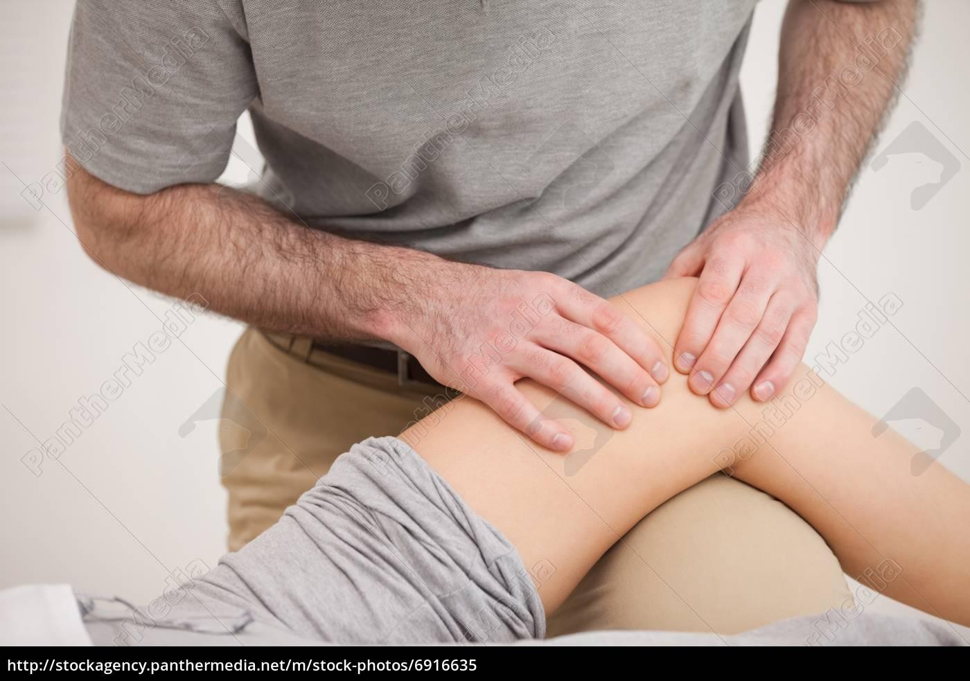 Ответы : Что значит когда девушка кладет руку на ногу парня 19
