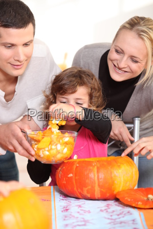 young family carving hallowe039en pumpkins