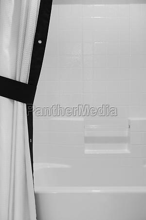 blanco y negro cortina de banyo