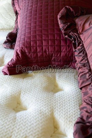 cojines rojos en una gran cama