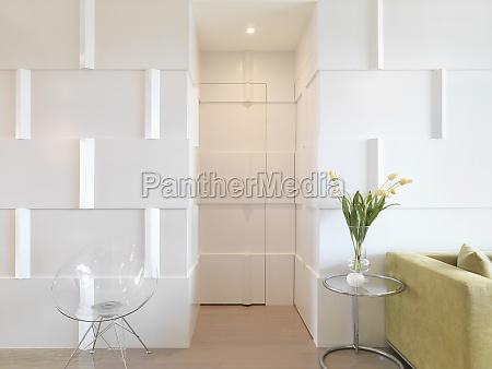 interior moderno con puerta camuflada con