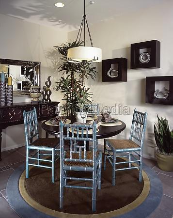 dispuestos mesa de comedor y sillas